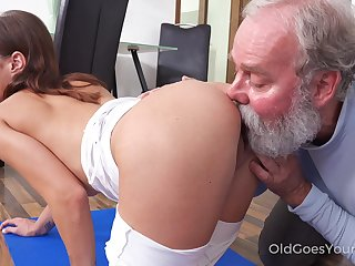 Starved bitchie nympho with small tits Mina is treated with cuni by gaffer